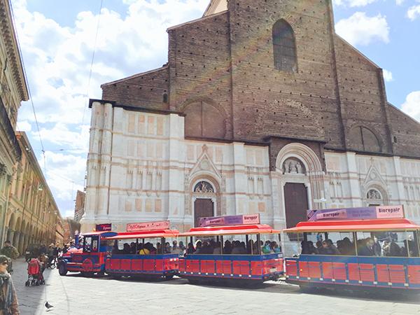 San-Luca-Express-in-Piazza-Maggiore